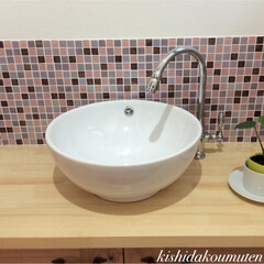 洗面/自然素材/注文住宅/宇治市/京都府 モザイクタイルが真っ白な洗面ボウルを引き…