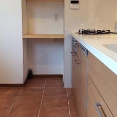 インテリアデザイン/かわいいお家/テラコッタタイル/キッチン/新築一戸建/新築/... 自然な質感が魅力✨キッチン床にはテラコッ…