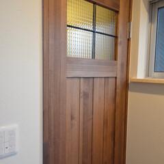 北欧インテリア/かわいいお家/デザイン/自然素材の家/チェッカーガラス/木製建具/... トイレのドアもオーダー木製建具🚪 チェッ…