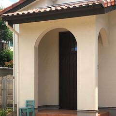 玄関ポーチ/アール垂れ壁/テラコッタタイル/南欧風の家/フレンチハウス/かわいいお家/... まあるいアーチの可愛い玄関ポーチ🏡 白い…