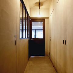 インテリア/無機質/照明器具/インダストリアル/モルタル/ヴィンテージ/... 【玄関からリビングへ向かう無機質な廊下】…