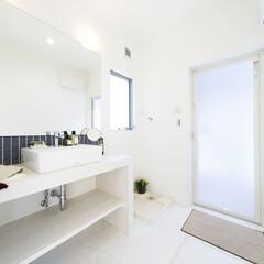 デザイン住宅/洗面室/おしゃれ/アクセントタイル/大きな鏡/手作り/... 手作りの洗面化粧台は、大きな鏡とアクセン…