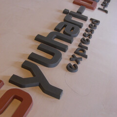 看板/アルファベットオブジェ 社名ロゴのアルファベットデザインを粘土板…