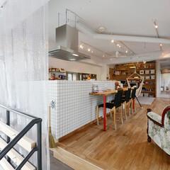 リビングダイニングキッチン/ビニールウォール 元美容院の階段を上がるとLDKに。温度調…