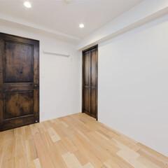 モダンジャパニーズ/横浜 アンティーク調の無垢材ドア。