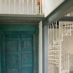 螺旋階段/ロフト階段/屋外階段/店舗デザイン/リフォーム/新築/... 伝統的な螺旋階段に新しい色を