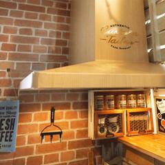 換気扇/DIY/カフェ風キッチン/壁紙/レンガ風シート/セリア/... キッチンのステンレスの換気扇が気になり、…