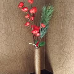 100均/100均DIY/お正月/お飾り/お正月飾り/フェイクフラワー/... 壁の越前和紙と同じ物をラップの芯に巻いた…