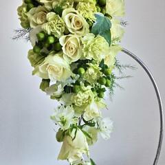 ブーケ/ウェディング/ブライダル/生花/バラ 正統派のキャスケードブーケ♪ 白いバラと…