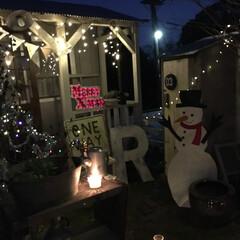 ダンボール工作/小屋/発泡材/X'mas/イルミネーション 小屋の前にクリスマスの飾り付けをしました…