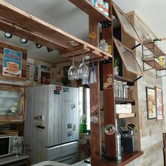 カフェ風/アメリカン/インテリア/キッチンインテリア/キッチンカウンター/グラスハンガー/... キッチンにラブリコで棚を作り、グラスハン…