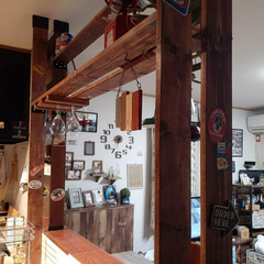 カフェ風/キッチンカウンター/アメリカンスタイル/アメリカンインテリア/ジャンクスタイル/ラブリコ/... ラブリコの柱に、ステッカーいっぱい貼って…