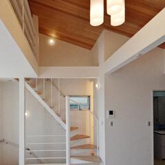 らせん階段/羽目板/勾配天井/デザイン住宅/神奈川/横浜 スチール製作のらせん階段と天然木羽目板の…