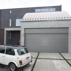 混構造/RC/木造/ガレージングハウス 混構造の家 1階がRCで大型車を並列2台…