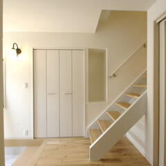 階段/スケルトン/ストリップ/玄関ホール 玄関ホールにある階段。清潔感ある白で。