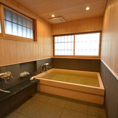 和風呂/檜風呂/在来 ヒノキのお風呂(床暖房付き) リノベーシ…