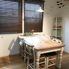 木製ブラインドDIY/ペンダントライト/ダイニングテーブル&チェア/気のぬくもり caféの窓際の席をイメージして、 テー…