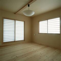 和紙/スギ板 和紙と杉の無垢板で構成された寝室、障子か…