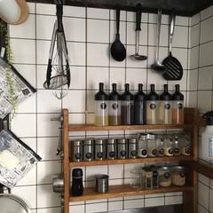 スパイスラック/調味料棚/詰め替え容器/100均/セリア/ダイソー/... 1×4で作った調味料棚と、100均やニト…