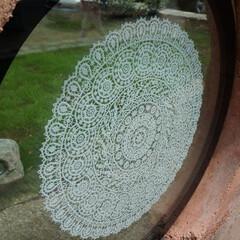 サイン 公園サインの円形の連子窓にクロアチアの伝…