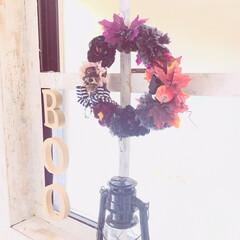 リース/ハロウィン/インテリア/窓枠DIY/朱色/ダイソー/... 紅葉を使った秋色リースをハロウィン仕様で…