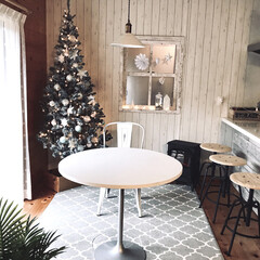 ノスタルジア 暖炉型ヒーター ブラック CHT-1540BK(電気ストーブ)を使ったクチコミ「白系オーナメントで飾ったツリーと窓です。…」
