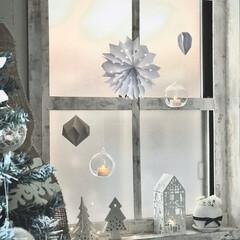 海外インテリア/ホワイトインテリア/西海岸インテリア/クリスマス2019/リミアの冬暮らし/ダイソー/... 小さな窓にオーナメントを吊り下げたり、陶…