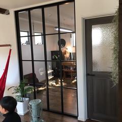 室内窓/赤いリビングドア/集魚灯/カウンターテーブル 室内窓