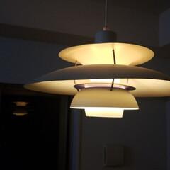 ルイスポールセン PH5ペンダントライト / クラシック・ホワイト(その他キッチン、台所用品)を使ったクチコミ「夜にみるダイニングのルイスポールセンの明…」