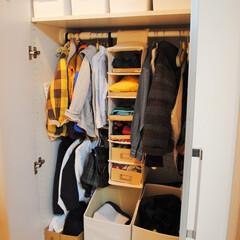 片づけ/収納/クローゼット収納/廊下収納/暮らし 玄関に近い廊下収納は棚板を外して、子ども…
