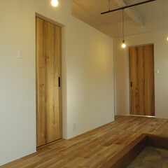 オーク材/玄関/土間/エイジング/躯体現し 玄関部分。ドアはオークエイジング加工の突板