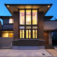 オーガニックハウス/外観/デザイン/注文住宅 大きなガラス壁と深い軒が特徴的なキースト…