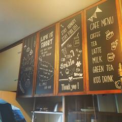 団地カフェ/黒板DIY/カフェ風/ホワイトマーカー キッチンの吊り戸棚の扉をカフェ風に黒板D…
