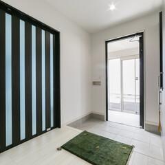 引き戸/玄関/開放感/白 収納棚や引き戸など開放感を広げる工夫があ…