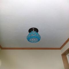 玄関 摺りガラスの電気傘に光る石を貼付けて、つ…