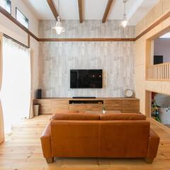 スキップフロアー/無垢フローリング/大収納/開放的な高い天井 2階の床の高さを変えることで3m以上の高…