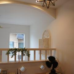 吹抜/吹抜カウンター/壁のガラス/シャビーシック/星型の照明/フレンチスタイルの家 吹抜けを臨む2階ホールのカウンターです。…