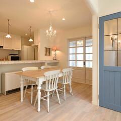 アイアン/シャビーシックな家/ブルーのドア/白い床/オークの床 シャビーシックなフレンチスタイルのお家で…