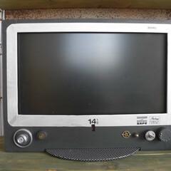 レトロなテレビに変身 赤いテレビの前を100均のボードでリメイ…
