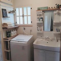 DIY女子/洗面台リメイク/ランドリールーム/洗濯機周りの収納/隙間収納/DIY/... 洗面所のDIY。窓枠をDIYしてます。洗…(1枚目)