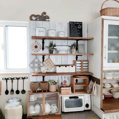 キッチンDIY/板壁DIY/キッチン棚DIY/セリア/100均/DIY/... 食器棚の横に机と棚を作った事です。 以前…