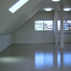阿部興業株式会社/明るい空間/ストリップ階段/トリコロールカラー/白い家/栃木県 白い家 階段やキッチンにポイントの色  …(6枚目)