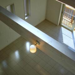 阿部興業株式会社/明るい空間/ストリップ階段/トリコロールカラー/白い家/栃木県 白い家 階段やキッチンにポイントの色  …(2枚目)