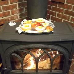 木の家/宇都宮/薪ストーブのある暮らし/薪ストーブのある家/薪ストーブ/ドライフルーツ      スライスしたリンゴをストーブの…
