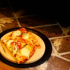 宇都宮/木の家/薪ストーブのある家/薪ストーブ/ピザ 買ってきたピザもストーブで温めると、一味…(3枚目)