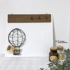 気球モチーフ/木工品/手作り雑貨/ワイヤー雑貨/ワイヤークラフト/木工雑貨/... 板に漆喰を塗ってワイヤーで作った気球を付…