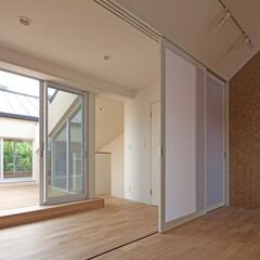 間仕切り/ナチュラル/木製デッキ 3連引戸により、廊下と一体化する子供室で…
