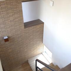 踊り場/モダン 階段正面の開口はリビングの吹抜と通じてい…