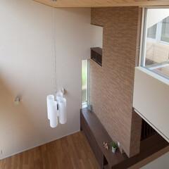 吹抜/モダン/ボーダータイル/タイル 2階の「離れ」になっている書斎から見下ろ…