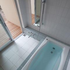 お風呂/ウッドデッキ/ナチュラル ウッドデッキにつながるバスルーム。